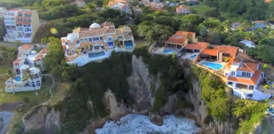 wealthy-homes-on-cliff